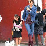 8. Oktober 2013: Suri Cruise geht mit Mama Katie Holmes zu einer Bibliothek in Manhattan. Auf dem Weg bewundert die Siebenjährige ein Hündchen.