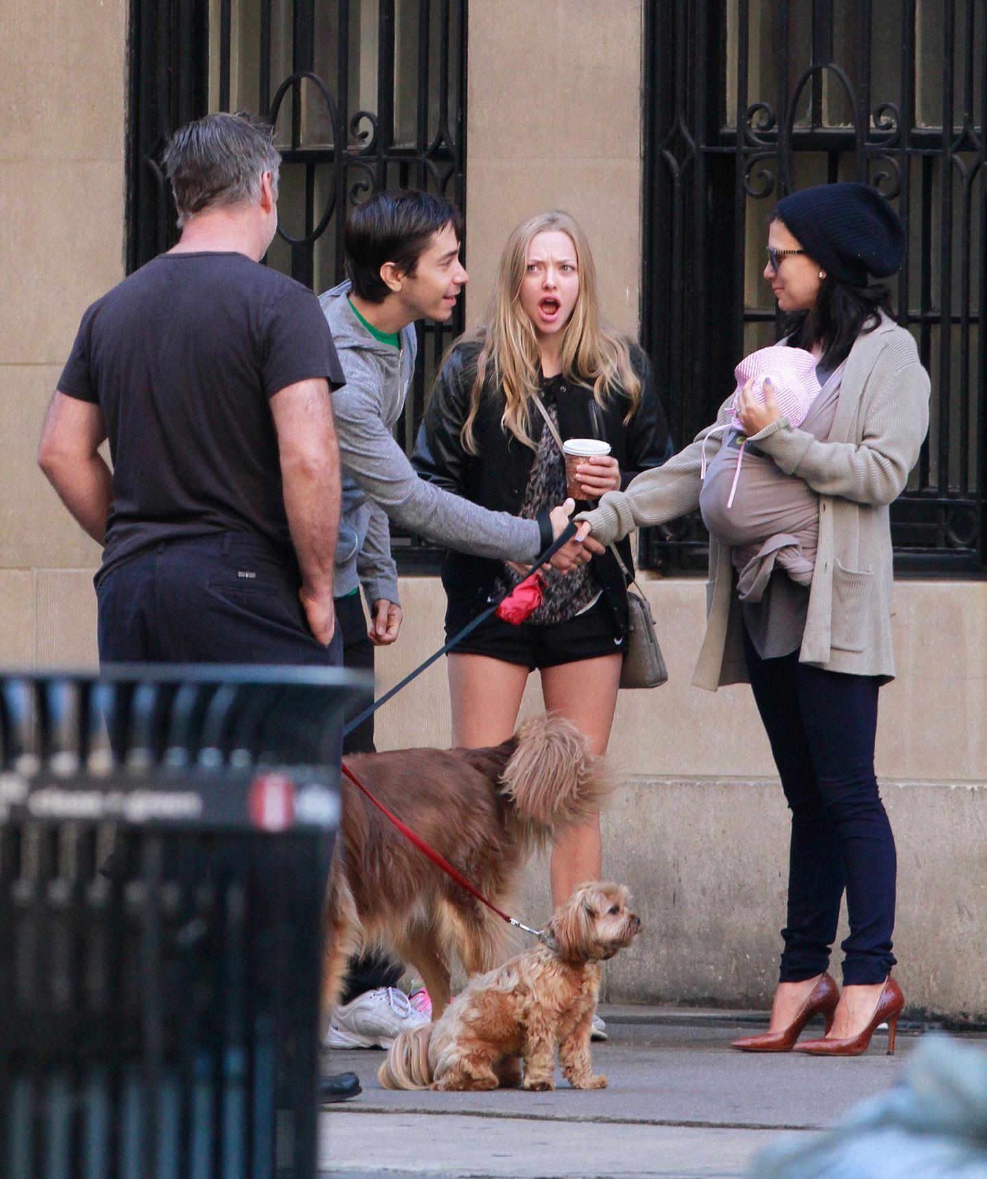 20. September 2013: Amanda Seyfried und Justin Long gehen mit ihren Hunden in New York spazieren als plötzlich ein weiteres Star-Paar ihren Weg kreuzt. Alec und Hilaria Baldwin sind mit Töchterchen Carmen unterwegs. Ob Amanda mit erstaunt aufgerissenen Mund auf das Baby reagiert, ist allerdings nicht überliefert.