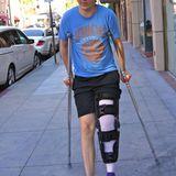 19. August 2013: Schauspieler Paul Dano hat sich beim Basketball verletzt und ist jetzt auf Krücken unterwegs.