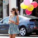 26. August 2013: Alessandra Ambrosio hat in Los Angeles bunte Luftballons besorgt.