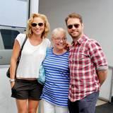 28. August 2013: Jason Priestley feiert seinen 44. Geburtstag mit seiner Frau und seiner Mutter in Beverly Hills.