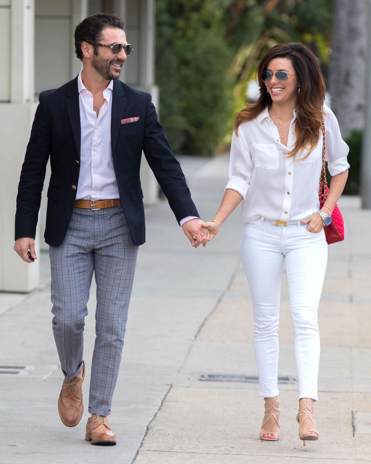 27. Dezember 2013: Eva Longoria und ihr Freund Jose Pepe Antonio Baston bummeln vergnügt durch West Hollywood.