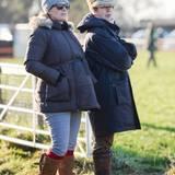 """29. Dezember 2013: Die schwangere Zara Phillips verbringt den Tag mit ihrer Mutter Prinzessin Anne bei den """"Point-to-Point""""-Pferderennen in Cambridgeshire."""