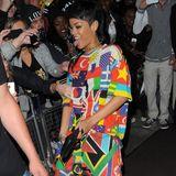 11. September 2013: Rihanna wird vor ihrem Hotel in London von ihren Fans empfangen.