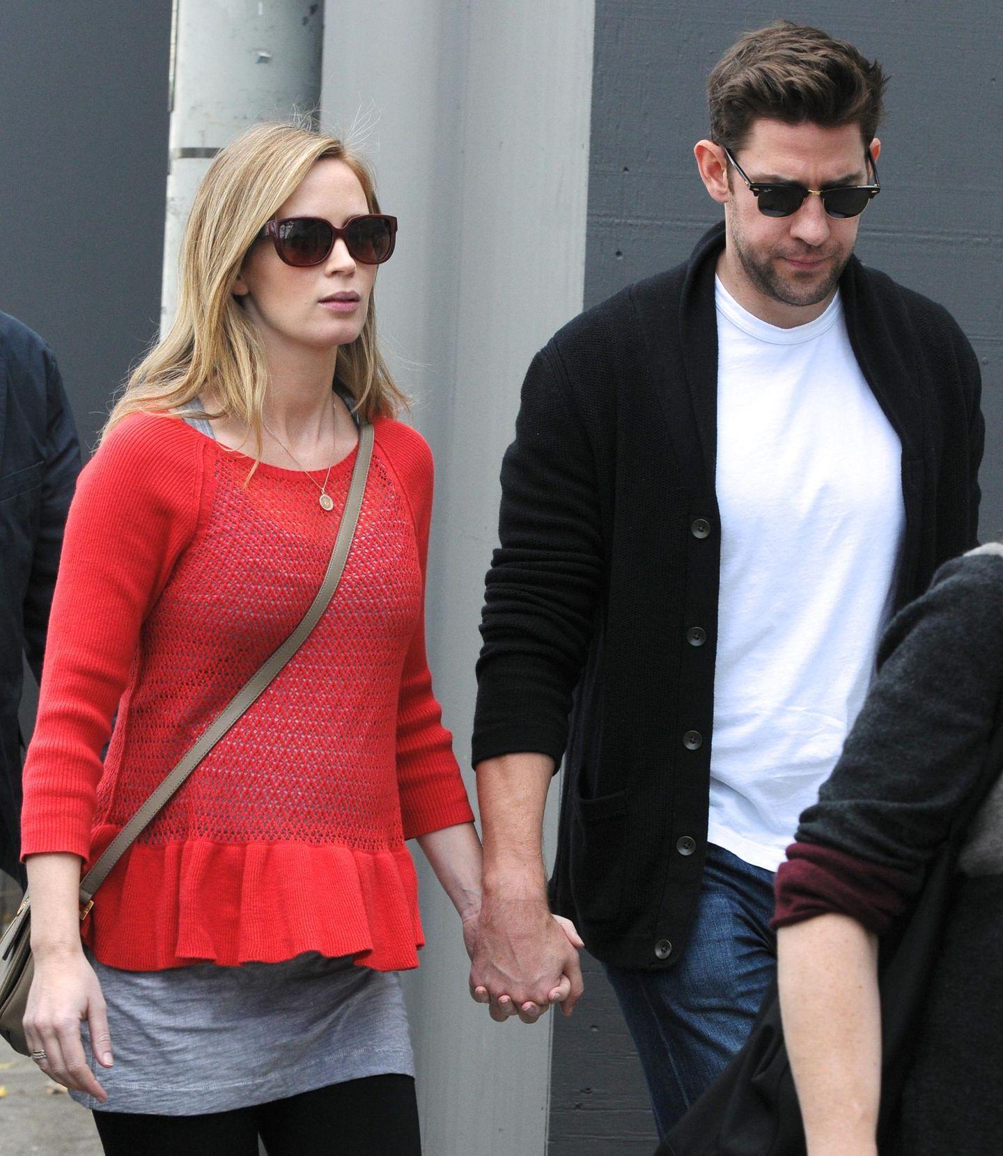 3. Dezember 2013: Langsam sieht man den Babybauch von Emily Blunt. Gemeinsam mit Ehemann John Krasinski ist sie zum Einkaufen auf der Melrose Avenue in Los Angeles unterwegs.