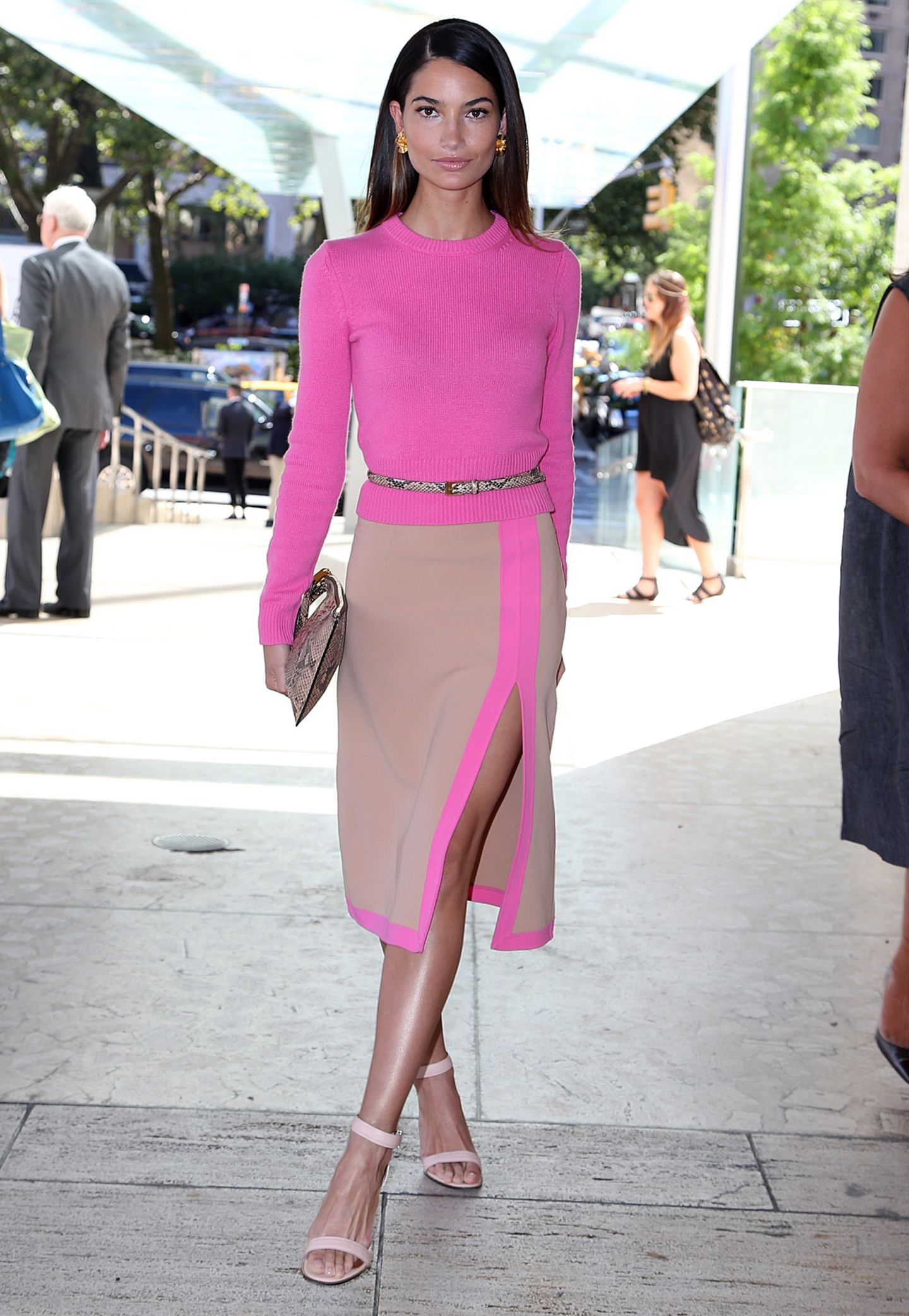 Cashmere und Seide, aber bitte in schön auffälligem Pink: In diesem Michael-Kors-Ensemble feiert Supermodel Lily Aldridge mit dem Designer, der in New York mit einem Modepreis geehrt wurde.