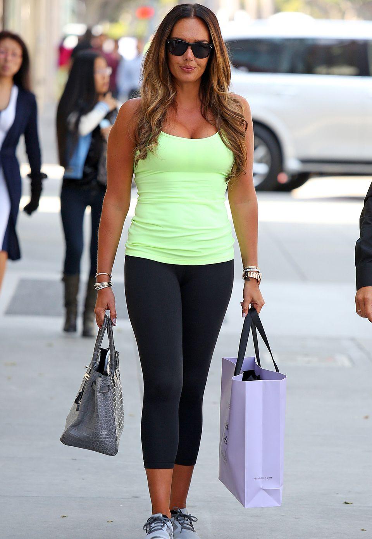 Das britische Society Girl Tamara Ecclestone hat sich dem sportlichen Modestil ihrer Wahlheimat Los Angeles angepasst. Ihr neongrünes Tanktop ist nicht zu übersehen.