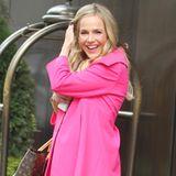 Ein pinkfarbener Mantel kann eindeutig ein Stimmungsaufheller sein. So wie bei Julie Benz.