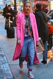 Auffallen kann Rita Ora! Und ganz besonders gut kann sie das beim Bummel durch New York im knallpinken Mantel.