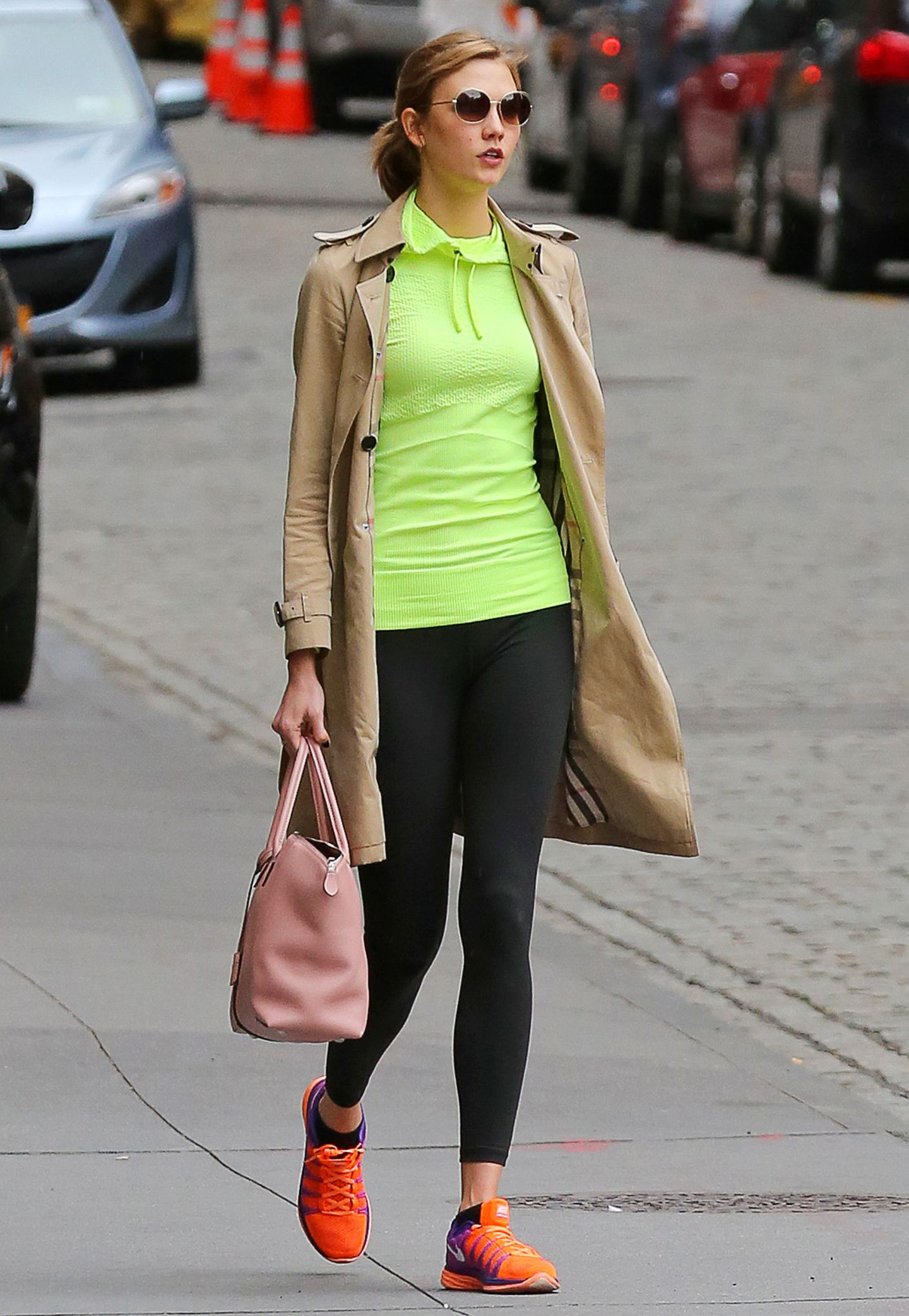 Ihr Sportprogramm scheint Topmodel Karlie Kloss gerne in knalligen Neonfarben zu absolvieren.