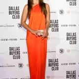 Göttlich sieht Camila Alves im orangenen One-Shoulder-Kleid von Kaufmanfranco aus.