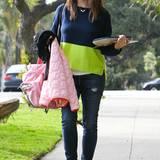 Dreifach-Mama Jennifer Garner trägt nicht nur die Schulsachen ihrer Tochter Violet, sondern auch einen weit geschnittenen Pullover in Marineblau und Neongrün.