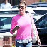 Mit zerrissener Jeans und einem bequemen Longsleeve in knalligem Pink holt LeAnn Rimes ihr Essen ab.