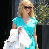 Welch ein Farbspektakel! Zum türkisen Sommerkleid trägt Reese Witherspoon eine weiße Birkin-Bag von Hérmes, gelbe Riemchensandalen und pinken Nagellack auf den Fußnägeln.