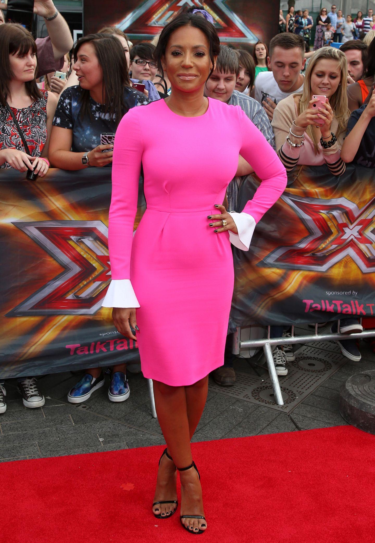 """Auf dem roten Teppich der """"The X Factor""""-Live-Auditions in der Londoner Wembley-Arena knallt Mel Bs pinkes, langärmeliges """"Izumi"""" Colour-Block-Dress von Roksanda farblich ganz besonders gut."""