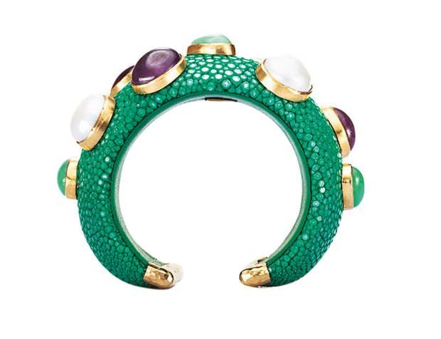 Perlentaucher:   Es muss nicht immer die klassische Kette sein: Armspange mit Perlen und Edelsteinen, von Anna Blum, ca. 680 Euro