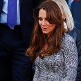 Schwangere Royals: Jetzt aber: Herzogin Catherine zeigt sich am 19. Februar zum ersten Mal nach ihrem Urlaub in der Öffentlichkeit. Und unter ihrem Kleid von Max Mara zeichnet sich eine kleine Rundung ab - darauf hatte England gewartet!