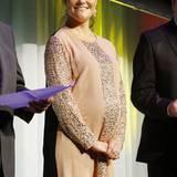 Schwangere Royals: Die Hände unter dem stattlichen Bauch gefaltet, strahlt die schwangere Prinzessin Victoria im November 2011 bei einer Preisverleihung. Mit ihrem weich fallenden Pailettenkleid verleiht sie ihren Rundungen einen Hauch von Glamour.