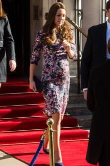 Wie eine blumige Botschafterin des Frühlings verhüllt Herzogin Catherine ihre wachsende Babykugel. Durch den schmalen Schnitt und die Dreiviertel-Ärmel ist das Kleid gleichermaßen fröhlich und elegant.
