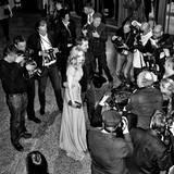 Umschwärmt: Nina Hoss mit ihrem Freund Alex Silva bei der Eröffnung im Berlinale-Palast.   Vielleicht eine Spur zu luftig: Kurz darauf war die Schauspielerin krank ...