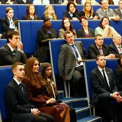 Die Herzogin ist eingeladen, sich eine Vorführung der Studenten anzusehen.