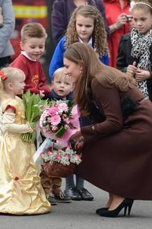 Im Anschluss wird Herzogin Catherine mit Blumen an der Peaks Lane Fire Station empfangen.