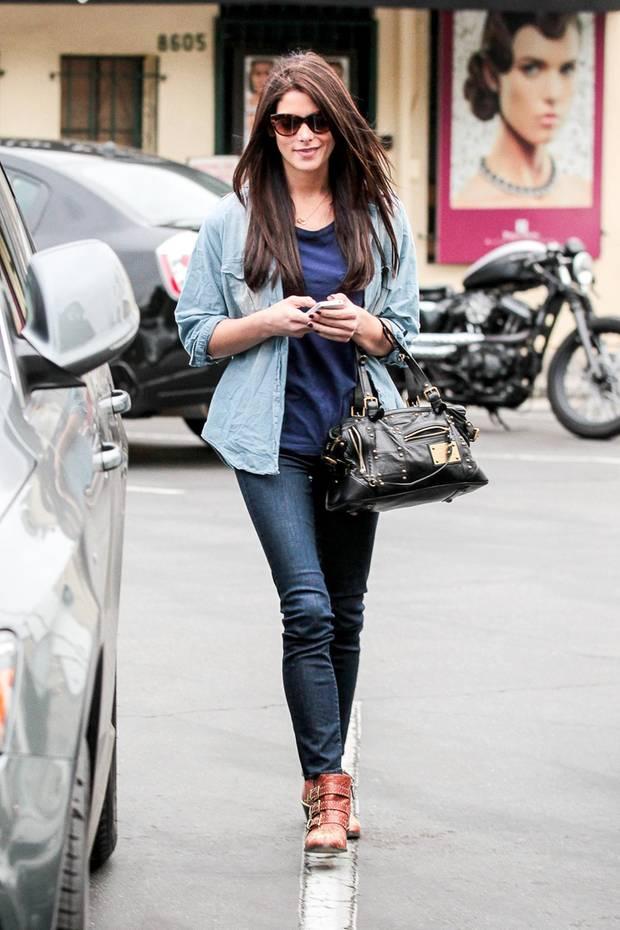 """Wenn man nicht aufpasst, kann der Denim-all-over-Look schnell in die (Jeans-)Hose gehen... """"Twilight""""-Star Ashley Greene ist allerdings Vollprofi, wenn es ums coole Blaumachen geht. Zu Röhrenjeans in Dunkelblau kombiniert sie ein schlichtes Shirt. Darüber ein Hemd in einer helleren Waschung. Aufgemotzt wird der Look durch Nieten-Accessoires: rockige Buckle-Boots, schwarze Tasche. Vielleicht steht bei Ashley nach der Blutsauger-Karriere eine Laufbahn als Rockstar an?"""