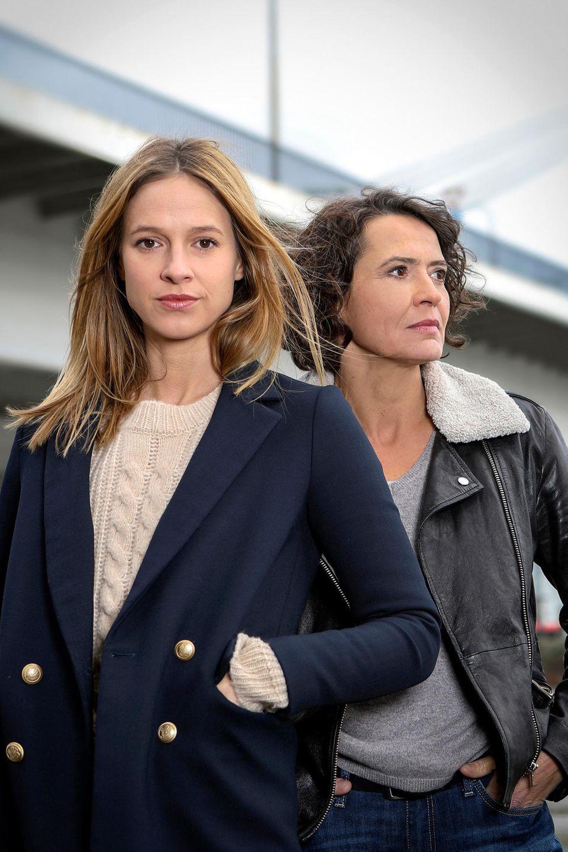 """Ulrike Folkerts (r.) jagt als die toughe Kommissarin """"Lena Odenthal""""seit 1989 in Ludwigshafen das Böse. Seit 2014 hilft ihr dabei Lisa Bitter als Hauptkommissarin """"Johanna Stern""""."""
