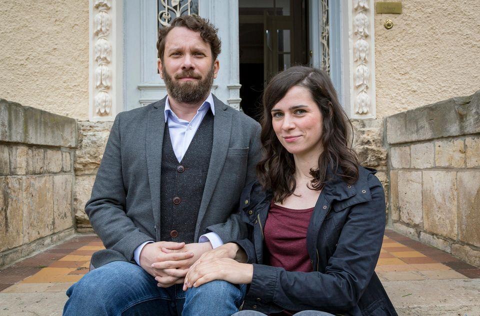 """""""Lessing"""" und """"Kira Dorn"""" sind die Ermittlernamen von Christian Ulmen und Nora Tschirner. Weihnachten 2013 wurde der erste Weimarer """"Tatort"""" mit den beiden alstrockenhumoriges, aber charmantesEhepaar ausgestrahlt."""