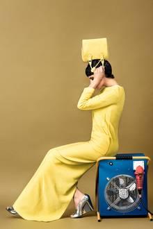 Bodenlanges Kleid mit großen quadratischen Taschen und passender Stepp-Bag, beides von Louis Vuitton. Peep-Toes mit Keilsohle, von Burberry Prorsum