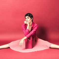 Mit diesem Outfit muss Jasmin Gerat keinen modischen Spagat machen. Seidenbluse und Clutch von Saint Laurent Paris, Plisseerock von Paul Smith, alles über www.mytheresa.com. Plexi-Plateaus von Casadei