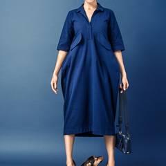 Tintenblaues Hemdblusenkleid in Tulpenform und farblich passende Schultertasche, beides von Jil Sander. Plateau-Loafers von Tommy Hilfiger