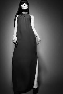 Bodenlanges, rotes Kleid mit hohem Seitenschlitz, von Christian Dior. Choker-Collier aus Perlen und Diamanten, von Chopard. Plateau-Pumps mit Animalprint, von Christian Louboutin