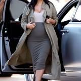 Dezente Grau- und Khakitöne stehen Kim Kardashian und ihrer Babykugel hervorragend. Und bei ihrem Style mit knallengen Bleistiftröcken, freizügigem Dekolleté und leichten Mänteln bleibt sie.