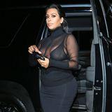 Kim Kardashians enganliegendes Rollkragen-Outfit für den 18. Geburtstag ihrer Schwester Kylie ist zwar hochgeschlossen, aber mit Durchblick mal wieder alles andere als prüde.