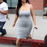Superenge Baumwoll-Kleider hat Kim Kardashian wohl eine ganze Menge im Schrank. Im grauen kann man das Bäuchlein schon erahnen.