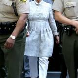 Im fast biederen Blusenkleid mit weißer Hose präsentiert sich Kim bezüglich ihrer Scheidung von Kris Humphries vor Gericht.