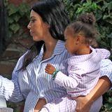 Na das nennen wir mal ein bequemes Schwangerschaftsoutfit! Bei ihrer eigenen Baby-Shower trägt Kim Kardashian im Partnerlook mit Töchterchen North West einen flauschigen Pyjama mit Streifen und zeigt ihre enorme Babykugel.
