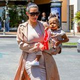 So schnell kann man einen ca. 4000 Euro teuren Luxus-Mantel ruinieren. Kim Kardashians Töchterchen North braucht dafür nur etwas Popcorn-Fett, das sie nach einem Kino-Besuch an Mamas nudefarbenem Sommer-Outfit abwischt.