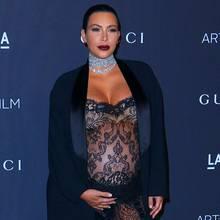 """Auf dem roten Teppich der """"Art+Film""""-Gala im """"Los Angeles County Museum of Art"""" betont Kim Kardashian ihren Babybauch in einem durchsichtigen Spitzenoverall."""