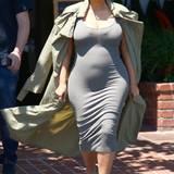 So langsam verschieben sich die Proportionen und Reality-Star Kim Kardashian legt an Rundungen zu. Ihr Styling-Trick: Zarte Schlauchkleider und darüber wallende, lange Mäntel und alles bitte in pudrigen Farbtönen, die ihrem Teint schmeicheln.