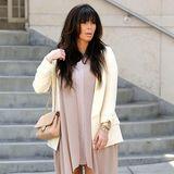 Gemütlich weit und in ihren derzeitigen Lieblingsfarben: Zur asymmetrischen Chiffonbluse trägt Kim ein wollweißes Jacket.