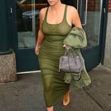 Im Military-Look mit khakifarbenem Hemdkleid haben Kim Kardashian und ihr wachsendes Bäuchlein schön bequem.