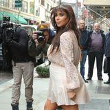 Auch wenn sich die Paparazzi gerade mehr für ihren Bauch als für ihr Outfit interessieren, zeigt Kim Kardashian sich den Fotografen in New York gewohnt aufreizend in einer Spitzenbluse mit kurzem Minirock, natürlich in Nudefarben.