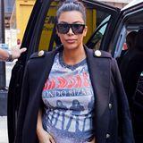 """Rock'n'Roll forever: Kim Kardashian trägt das Bandshirt der """"Ramones"""" zum schwarzen Mantel mit Goldknöpfen und schmaler Skinny-Jeans."""