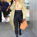 Kim Kardashian kann ihren wachsenden Bauch noch gut hinter der hochbündigen Seiden-Hose und dem leichten Military-Parker verstecken. Was sie offensichtlich aber gar nicht verstecken will, ist ihre wachsende Oberweite.