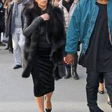 Im kalten Paris lässt sich Kims Babybäuchlein gut unter einer dicken Pelzweste verbergen.