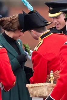Bei der Ankunft in Aldershot, Hampshire, werden Herzogin Catherine und Prinz William, die ein Batallion Irish Guards besuchen, mit den traditionellen Kleeblatt-Sträußchen versorgt.