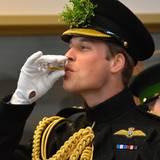 Während des Besuchs lässt sich Prinz William einen Sherry schmecken.