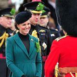 Catherine und William plaudern mit den Offizieren des ersten Battalions der Irish Guards.